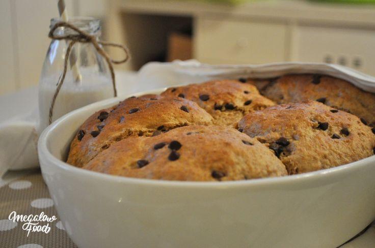 Une brioche moelleuse et saine au lait d'amande, à la vanille et aux pépites de chocolat noir ! La recette ici : http://megalowfood.com/brioche-saine-du-petit-dejeuner-a-la-vanille-et-aux-pepites-de-chocolat/