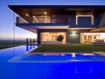 Living on the edge! An over hanging #pool always makes for a dramatic effect