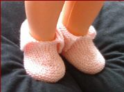 Knitting pattern for baby shoes or slippers in 3ply or 4ply yarn.