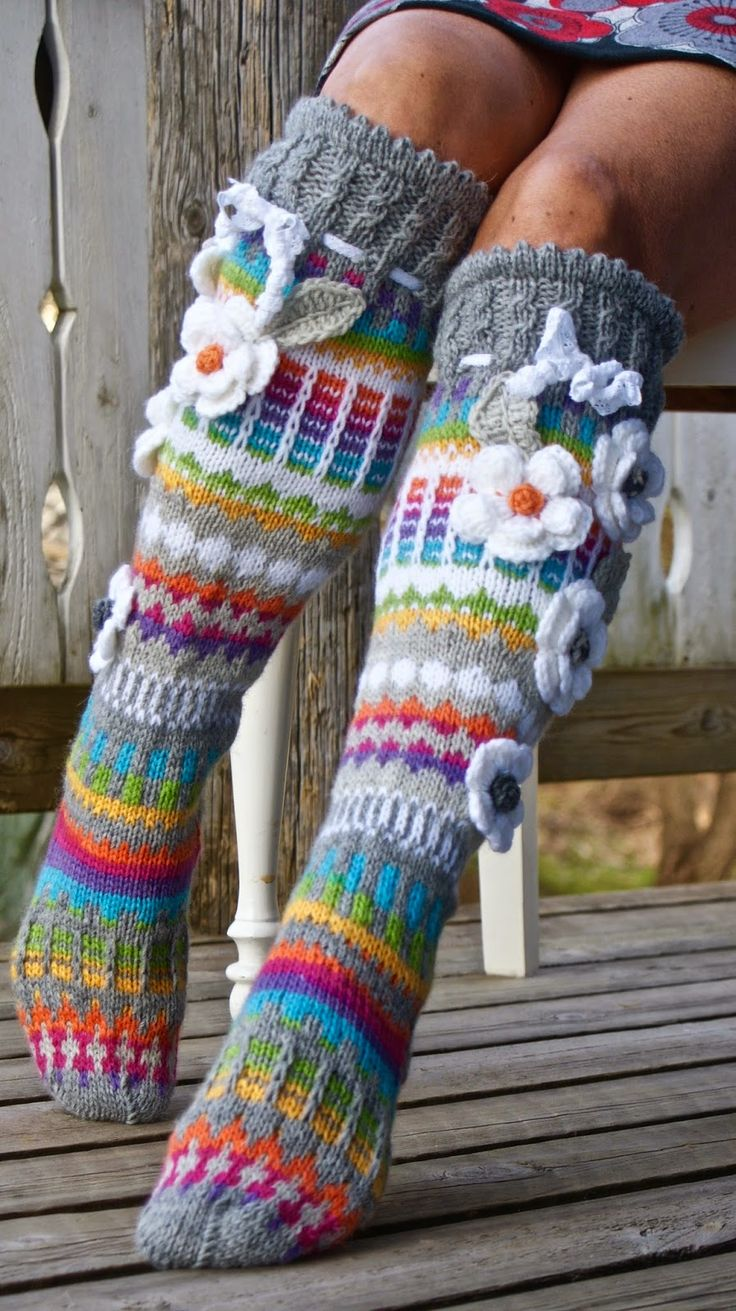 Free Crochet Patterns For Knee High Socks : ANELMA S FLOWER SOCS - Google Search chausson ...