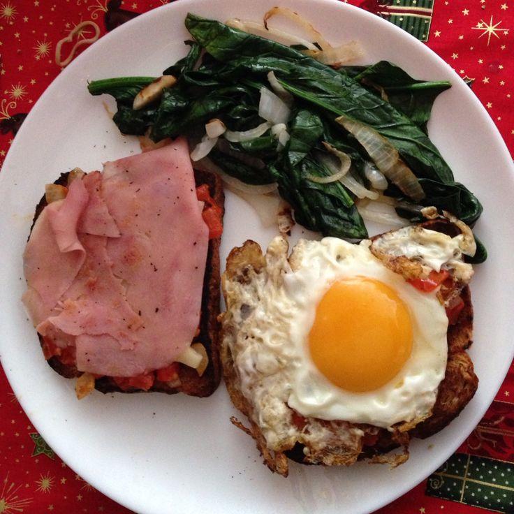 Huevos con  jitomate, jamón queso gouda y espinacas