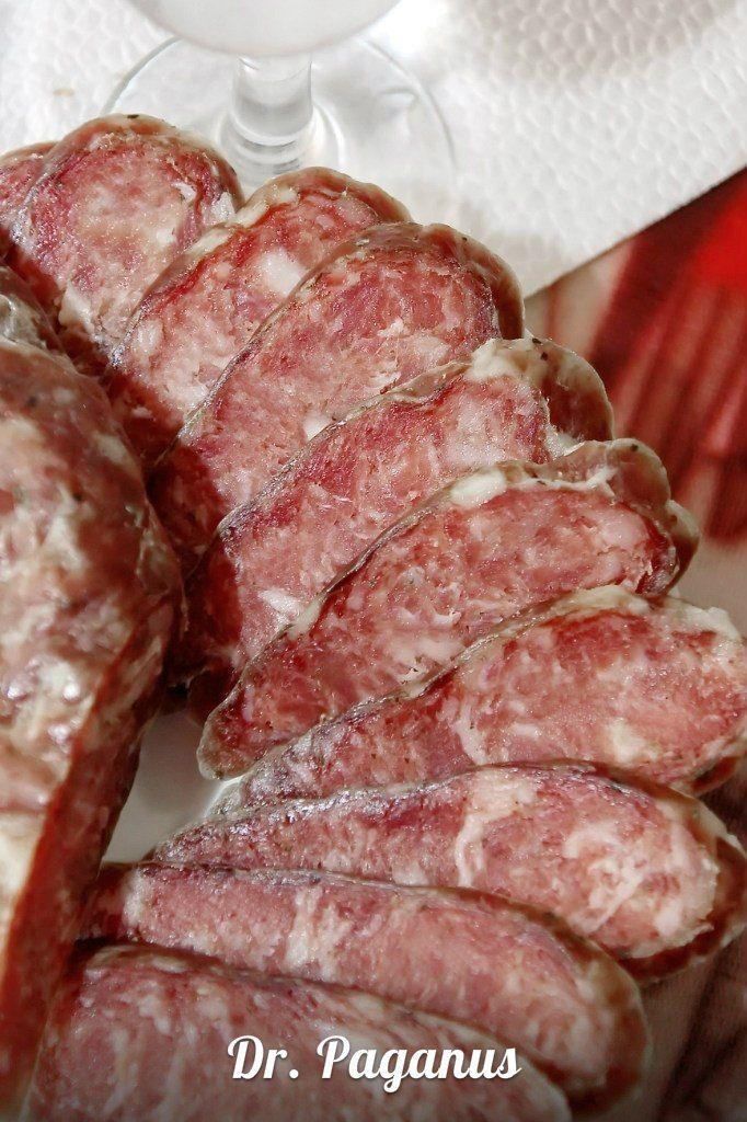 Свинина - 1 кг. чеснок в порошке - 1/2 ст.л. майоран - 1 ст.л. перец (и черн. и молотый) по 1/2 ст.л. мускат - 1 ч.л. кориандр - 1 ст.л. аскорбиновая кислота (0,5 г. на 1 кг. фарша) соль - 20 г. на 1 кг. сахар - 1/2 ст.л. черева свиная (калибр 32-35 мм)- 100-120 см. И на 12-14 дней сушиться при +7 С в проветриваемое помещение, лучше - дольше...