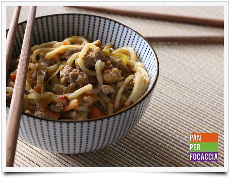 Flour sticks noodles con carne e verdure