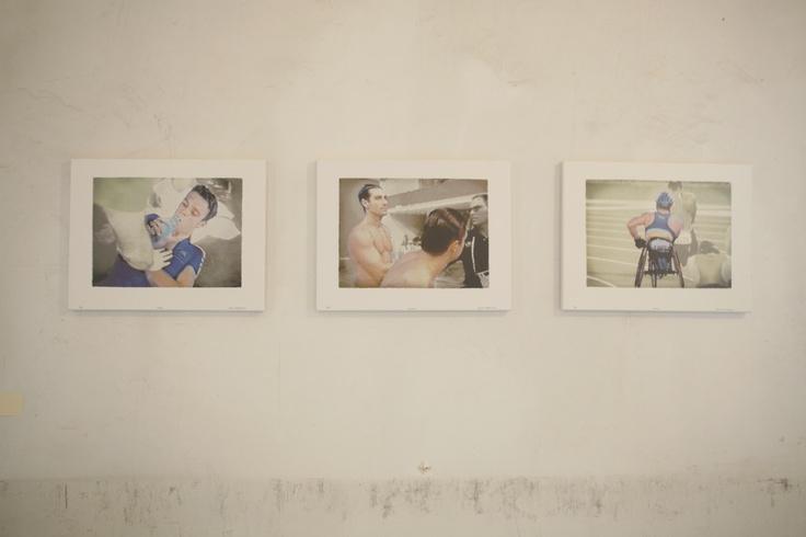 Tracey Moffatt Έργα από τη σειρά Fourth, 2001 Μελάνι σε καμβά, 46×36 εκ. Παραχώρηση της Αίθουσας Τέχνης Ρεβέκκα Καμχή Φωτογράφιση Μαργαρίτα Μυρογιάννη