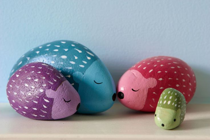 I love this painted stone hedgehog family. #crafts