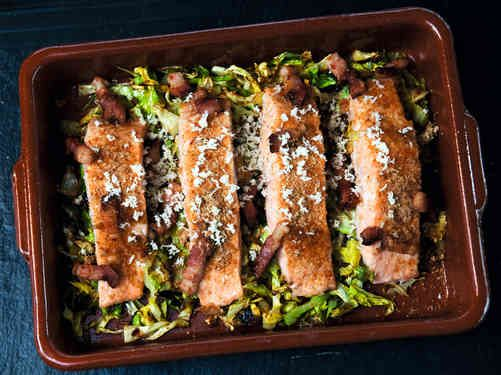 """Das Bild zeigt unser Family of Fish-Rezept """"Lachs im Ofen mit Spitzkohl & Speck""""."""