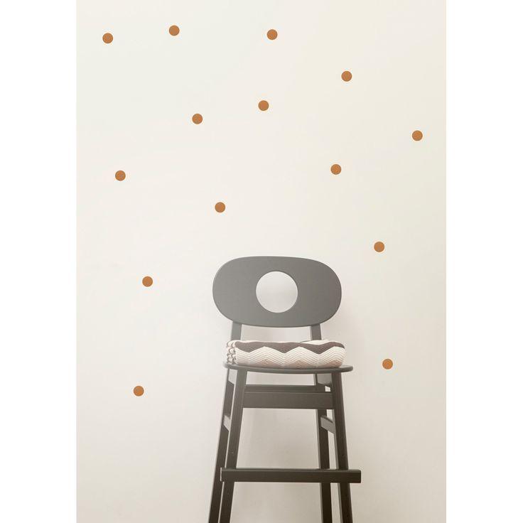 Mini Dots wallstickers fra Ferm Living. Veggdekorasjoner er en enkelt måte å endre og gj...