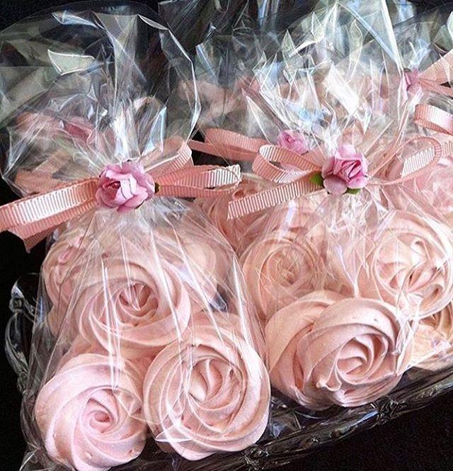 Ideia de lembrancinha fofíssima que vi no ig @nossosnoivados! Suspirinhos em formato de rosas! Gracinha!. . . . Suspiros por @claudia.ferron