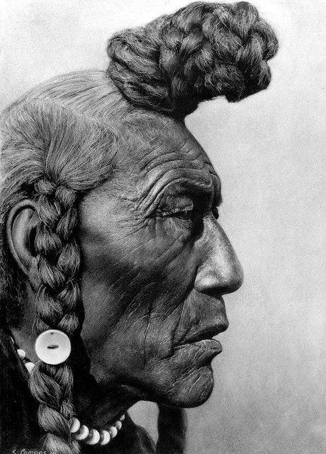 photo noir et blanc : visage d'homme, chef indien d'Amérique, 1926, Edward S. Curtis. cheveux nattés