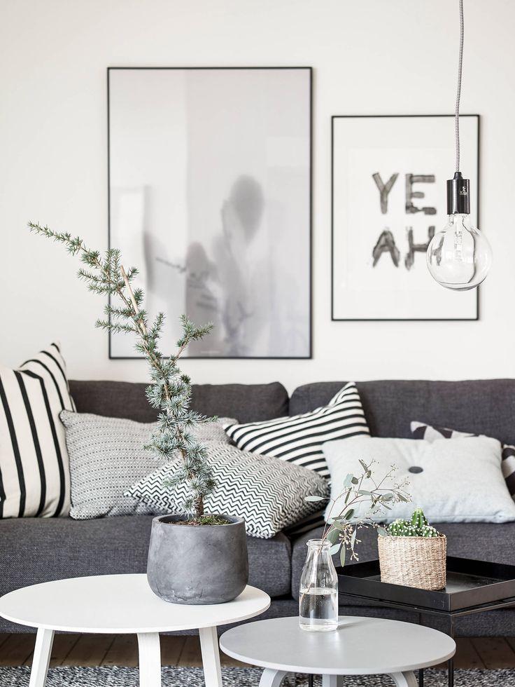 Graues Sofa, zwei runde Tische