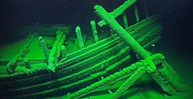 Imagen de la popa de un barco romano descubierto este año a 2.000 metros de profundidad en el Mar Negro. En primer plano uno de los dos timones, unido a su caña. / JOHAN RÖNNBY, BLACK SEA MAP