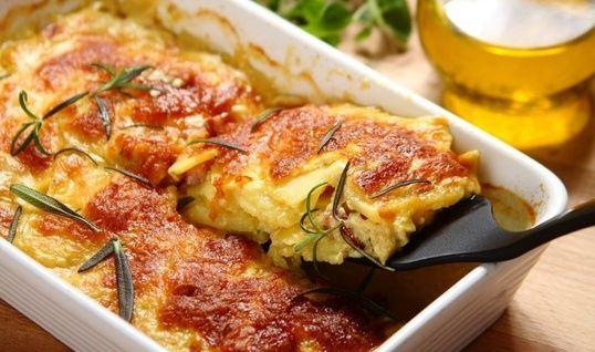 Săţioşi şi gustoşi, gustul cartofilor gratinaţi este scos în evidenţă de adăugarea sosului Carbonara. Ce ai zice de o porţie de gratin de cartofi cu cârnaţi