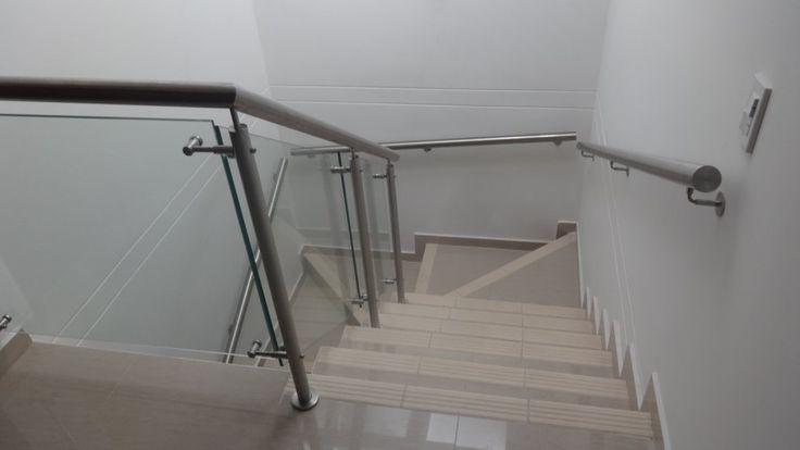 escalera con vidrio y pasamanos en acero inoxidable