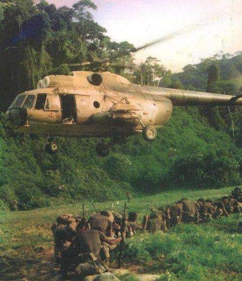 Helicóptero Mi-8 de FAP trayendo tropas y pertrechos militares aterriza en Tiwinza, distrito peruano fronterizo con el Ecuador. Valle del Cenepa, Región del Amazonas (febrero de 1995)