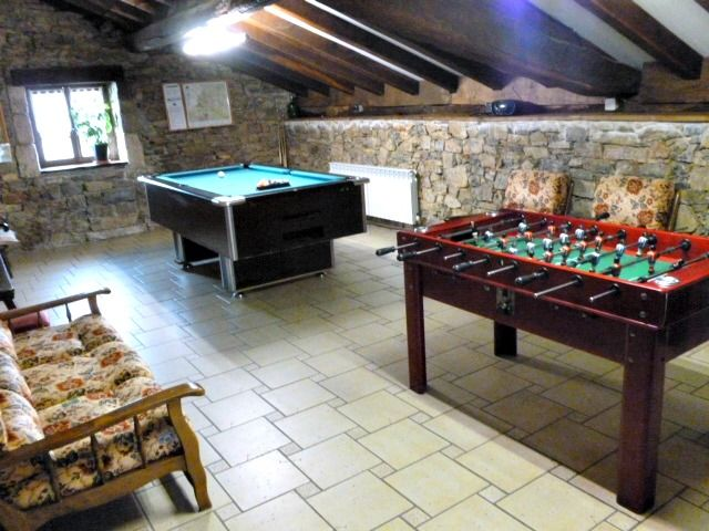 Casa Rural Apezetxea-sala de juegos-con sofas-arruitz-larraun-navarra