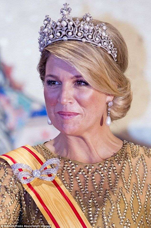 Máxima wore the Württemberg Ornate Pearl Tiara for the first time with a downsized version of the bow brooch from the Stuart parure and the Order of the Precious Crown, awarded to her by the Emperor of Japan. Gown by Jan Taminiau (also worn for Prinsjesdag 2013).  October 2014