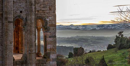 """Santa María del Naranco. (842 A.C.)  Santa María del Naranco es una iglesia situada a cuatro kilómetros de Oviedo, sobre la ladera sur del Monte Naranco. Originalmente no se proyectó como iglesia, sino que fue el Aula Regia del conjunto palacial que el rey Ramiro I mandó construir en las afueras de la capital del reino de Asturias, y que se terminó en el año 842. Su estilo artístico es el denominado arte asturiano o """"ramirense"""", dentro del prerrománico."""