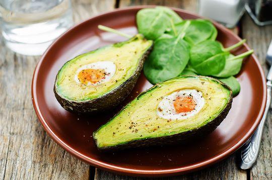Дополните фаршированные яйцами авокадо хрустящими ржаными хлебцами — и ваш здоровый завтрак готов