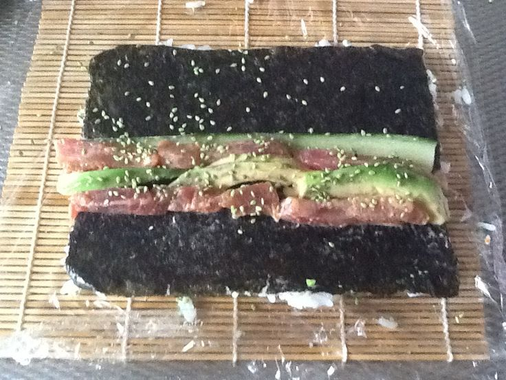 Spicy tuna sushi met verse tonijn,komkommer, avocado ,sesamzaadjes wasabi kruiden,terriyaki saus