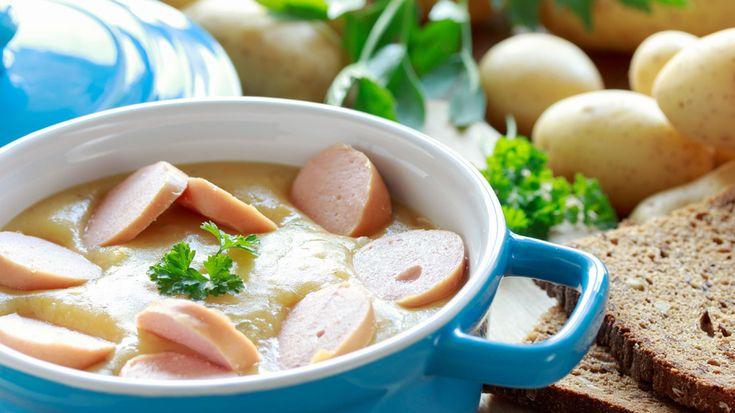 Kartoffelsuppe Ein typisch deutsches Gericht ist die Kartoffelsuppe mit Würstchen. Mit ihrem deftigen Geschmack und ihrer kräftigenden Wirkung passt sie hervorragend in die kalte Jahreszeit. Kochen Sie gewürfelte Kartoffeln, Zwiebeln, Sellerie und Karotten mit Salz und Pfeffer in Brühe. Ob Sie die Suppe pürieren oder nicht, sollten Sie von Ihrem Geschmack abhängig machen. Manche mögen die Konsistenz von pürierten Kartoffeln nicht. In jedem Fall sollten Sie zum Schluss mit Petersilie und…