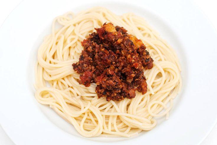 """Fantastisk god italiensk pastaklassiker med hjemmelaget """"kjøttsaus"""" av blomkål og mandler. """"Det smaker pizzafyll"""" sa trønderen Calle, med verdens største smil om munnen, da han smakte denne retten. Han mente det på best mulig måte. Overraskelsen var stor for både meg og middagsgjestene over denne """"kjøttsausen"""", der vi rett og slett erstattet kjøttet med blomkål …"""