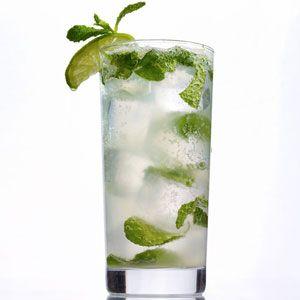 Para preparar a espanhola, você vai precisar de vinho, abacaxi, leite condensado e gelo. Veja a receita e o passo-a-passo de como fazer essa batida.