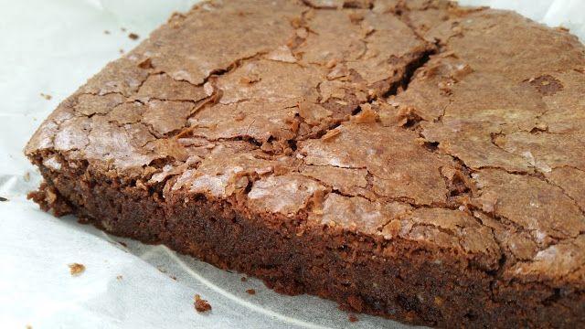 Echt geweldig lekker brownie recept! Maak ze al jaren met dit recept, ooit snel op een bierviltje geschreven toen het op tv voorbij kwam. Ook favoriet bij de familie. (Ik bak ze zonder noten!)   Ellouisa: Brownies van Nigella Lawson (De Goddelijke huisvrouw)