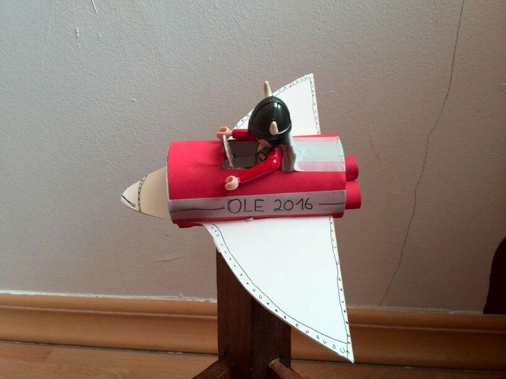 Kleines Flugzeug aus Klopapierrolle