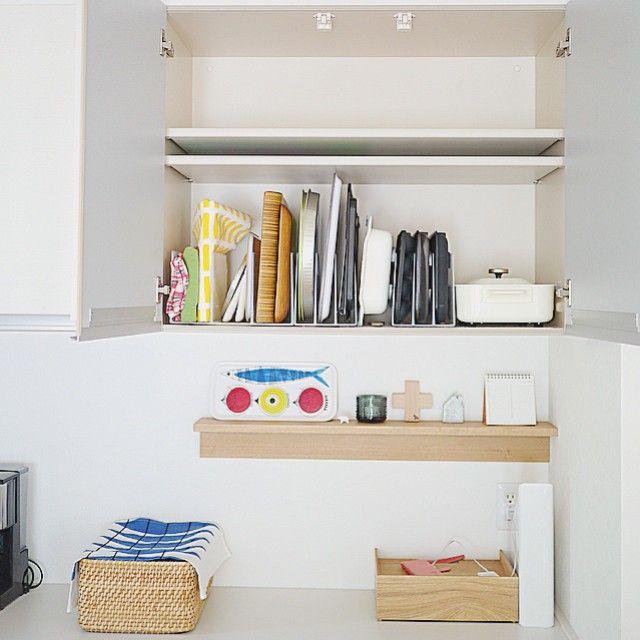 Instagram media by saya.s.a - 前picの全体図。 キッチン背面の吊り戸棚の上の棚にはまだ何も入ってません〜。 * 理由は、私の身長が低いので(150㎝ないです…)、上の方は踏み台がないと手が届かないため、あまり物を置きたくないのと、 キッチンには小さなパントリーもあって、パントリーの方が使い勝手がよく、そこばかりに収納してしまうからです。  でも最近、パントリーがゴチャゴチャしてきたので、吊り戸棚の上も活用しようかなと考え中。 少しずつ、少しずつ、自分に合う、使い勝手のよいキッチンにしていきたいです☺︎ * #キッチン #kitchen #キッチン収納 #収納 #整理収納 #整理 #整理整頓 #無印良品 #muji  #北欧 #マイホーム #myhome #暮らし #くらし #日々 #日常