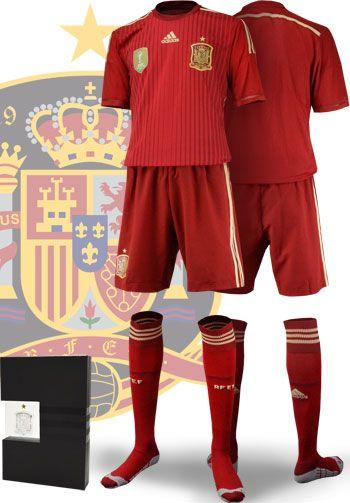 【超特価!!7/31まで】スペイン代表2014シーズン ホーム用オーセンティックユニフォーム。 選手用に採用される新素材adizeroや、各所の軽量化など選手支給ユニフォームと同仕様のオーセンティックモデルです。 レプリカユニフォームよりタイトな作りとなります。 パンツ、ソックスまでセットになった限定フルキットバージョン