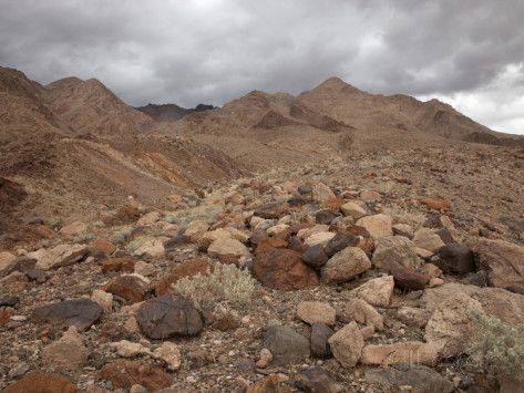 marli-miller-rounded-and-multicolored-boulders-and-gravel-eroded-from-nearby-mountains-mojave-desert.jpg 473×355 pixels