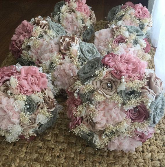 Beaux bouquets mariées chics minables faites par moi :) ces bouquets ont de soie, mousseline de soie et toile de jute fleurs toutes faites à la main. Mes prix est:  Bouquet de mariée: 65 $ -29 pouces autour de Bouquet de demoiselles d'honneur: 60 $ -autour de 23 pouces Toss bouquet : 30 $ -19 pouces autour (je vends seulement un pour chaque mariée) Fille de fleur bouquet: 25 $ -15 pouces autour de Corsages: 8 $ -soit épingler sur ou poignet Boutonnière: 8 $  Si vous souhaitez…