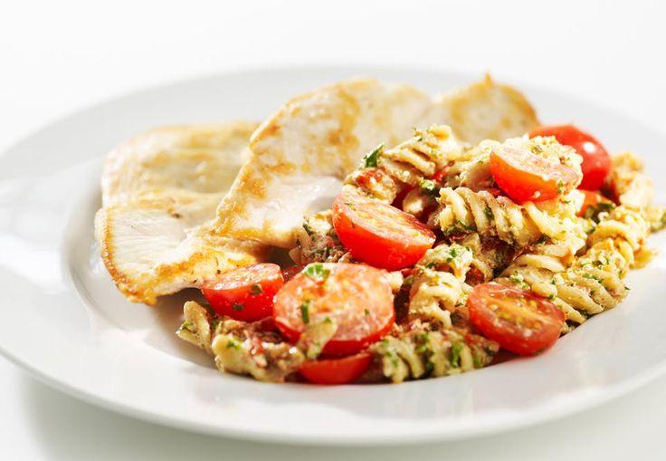 Recept - fullkornspastasallad med körsbärstomater och kyckling - nyttigt & lättlagat | Aktivtraning.se