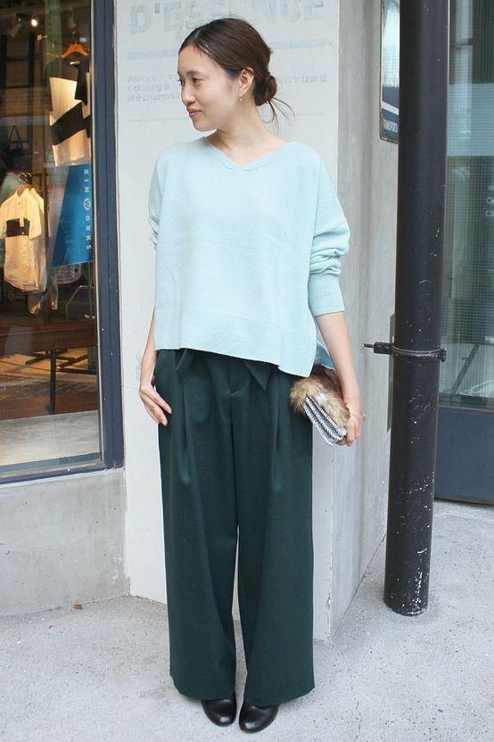 ウールカシミヤ Vネックニット  発色の良いグリーンのパンツを合わせた秋コーデ。 ニットの着丈が短めなので、ワイドパンツともバランスよく着ていただけます。