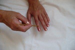 PREVENIR LESIONES POR ESFUERZO REPETITIVO (RSI) dolor muñeca 3 También se puede dar masajes a estas zonas con un anillo Sujok Ahora el dolor en las muñecas habrá desaparecido, pero si esto todavía no ha ocurrido iremos al siguiente paso Este paso implica la aplicación de Methi (fenu griego) las semillas a la zona de la muñeca de la mano izquierda o la derecha