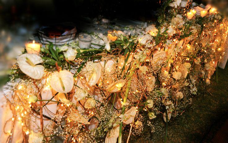 διακοσμηση νυφικου τραπεζιου με δομη απο salix , φωτακια και λουλουδια by Anna Remoudaki.