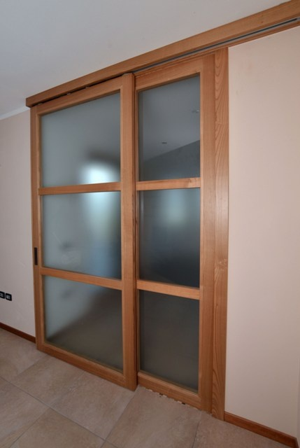 Sliding door with frame in cherry wood and satin glass.