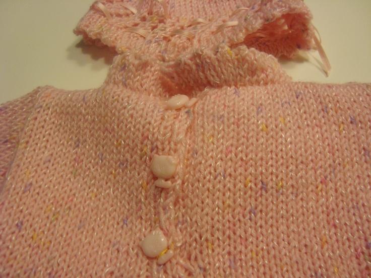 Particolare allacciatura posteriore: bottoni in madreperla a forma di gatto e cappellino con nastrino di raso [0-3 mesi]
