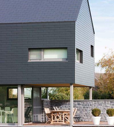 L'ardoise (ici en fibres-ciment) s'intègre aisément à une façade en prolongement de toiture.