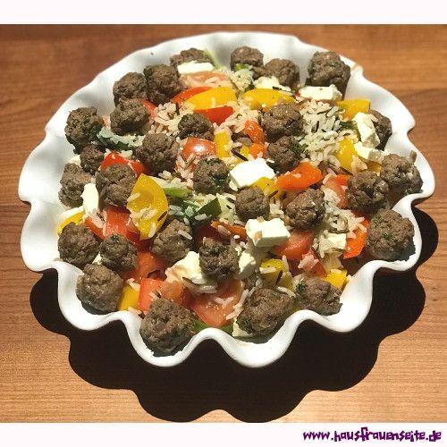 Reissalat mit Fleischklößchen Unser Reissalat mit Fleischklößchen kommt mit Paprika, Tomaten und Feta daher glutenfrei