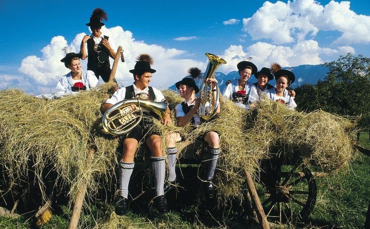 In Piding im schönen Berchtesgadener Land sind die Worte Tradition und Brauchtum noch mit Leben erfüllt. Die Schüsse der Böllerschützen, welche rundum entlang der Berge erschallen, kündigen kirchliche und weltliche Feste wie Hochzeiten, Weihnachten und den Jahreswechsel an. In Piding erlebt der Gast typisch bayerische Lebensart bei Heimatabenden mit Schuhplattlern, Goaßlschnalzern und Tänzen im Biergarten oder auf der Alm. Auch bei einem Besuch des Bauerntheaters oder bei einem der…