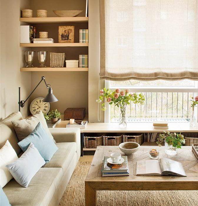 Salón con estanterías de obra y amplio ventanal