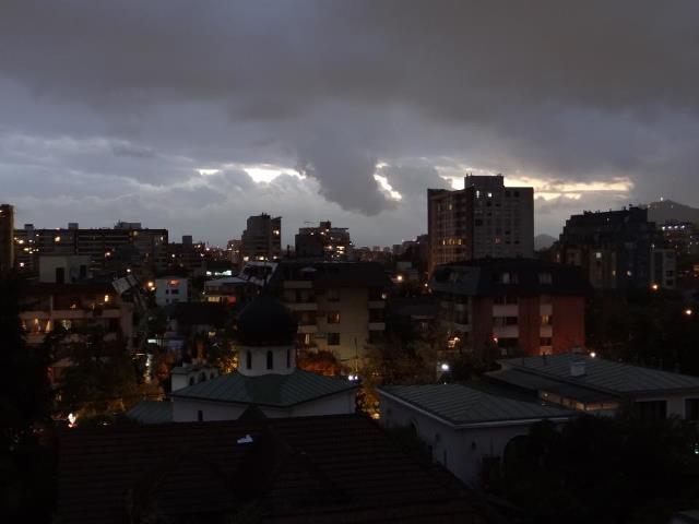 Desde Ñuñoa mirando a Santiago Centro, día lluvioso.