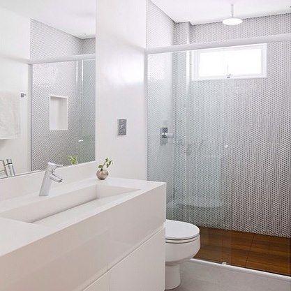 Banheiro com base neutra! {Projeto: Tria Arquitetura} #interiores #inspiração #banheiro #branco #madeira #cinza #pastilhasdots #nicho #triaarquitetura #inspiration #interiordesign #bathroom #white #gray #wood