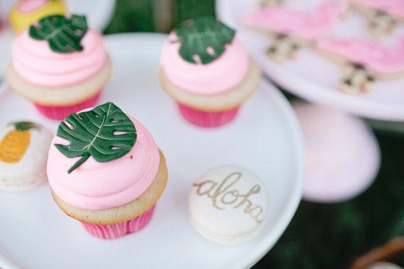 Inspiration party, thème exotique, Aloha ... Cup cake, et macaron ananas et feuille exotique.