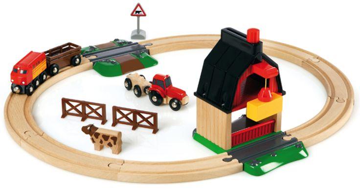 BRIO Togbane Bondegård er en togbane med bondegårdstema! Her får barnet tog, jernbaneovergang, traktor, dyr og låve. BRIO Togbane Bondegård er selvsagt kompatibelt med alle tog og togbaner fra BRIO. <br><br>Anbefalt alder: fra 3 år.<br>Materiale: tre.<br><br>Obs, små deler, ikke egnet for barn under 3 år.