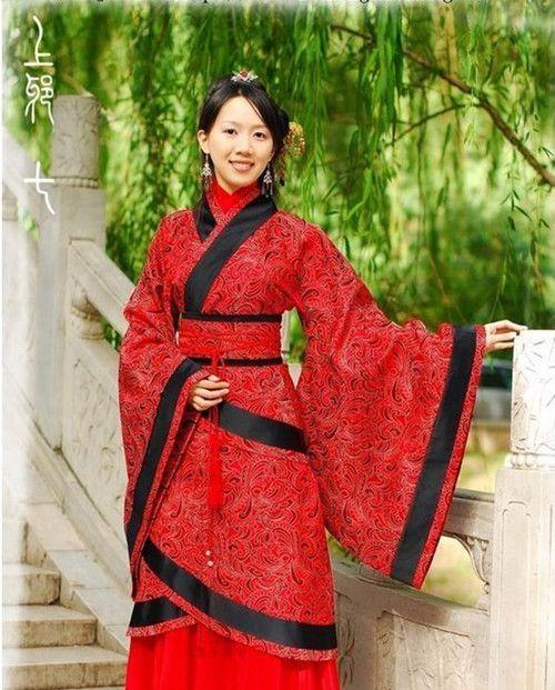 Vestimenta de las mujeres en Etnia Han, se utilizan colores que contrastan bastante como lo son el rojo y negro, ademas de utilizar finos y pequeños detalles en curvas.