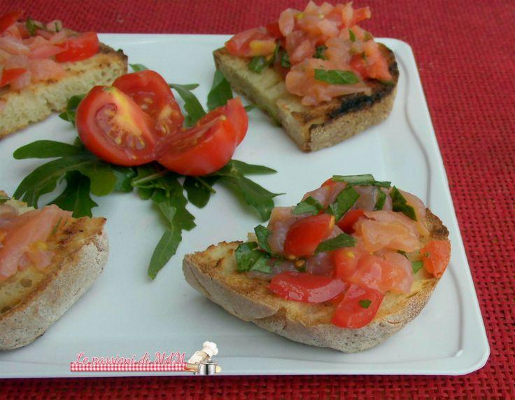 Bruschette salmone pomodori e rucola con salmone affumicato, ricetta finger food per aperitivo, antipasto, piatto freddo per pranzo o cena, facile e veloce