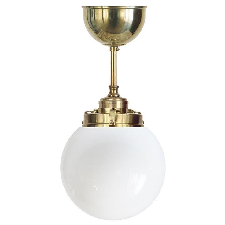 Klotlampa av mässing med 150 mm opalvit glob. E27-sockel, 60W. Bygger 380 mm från tak.