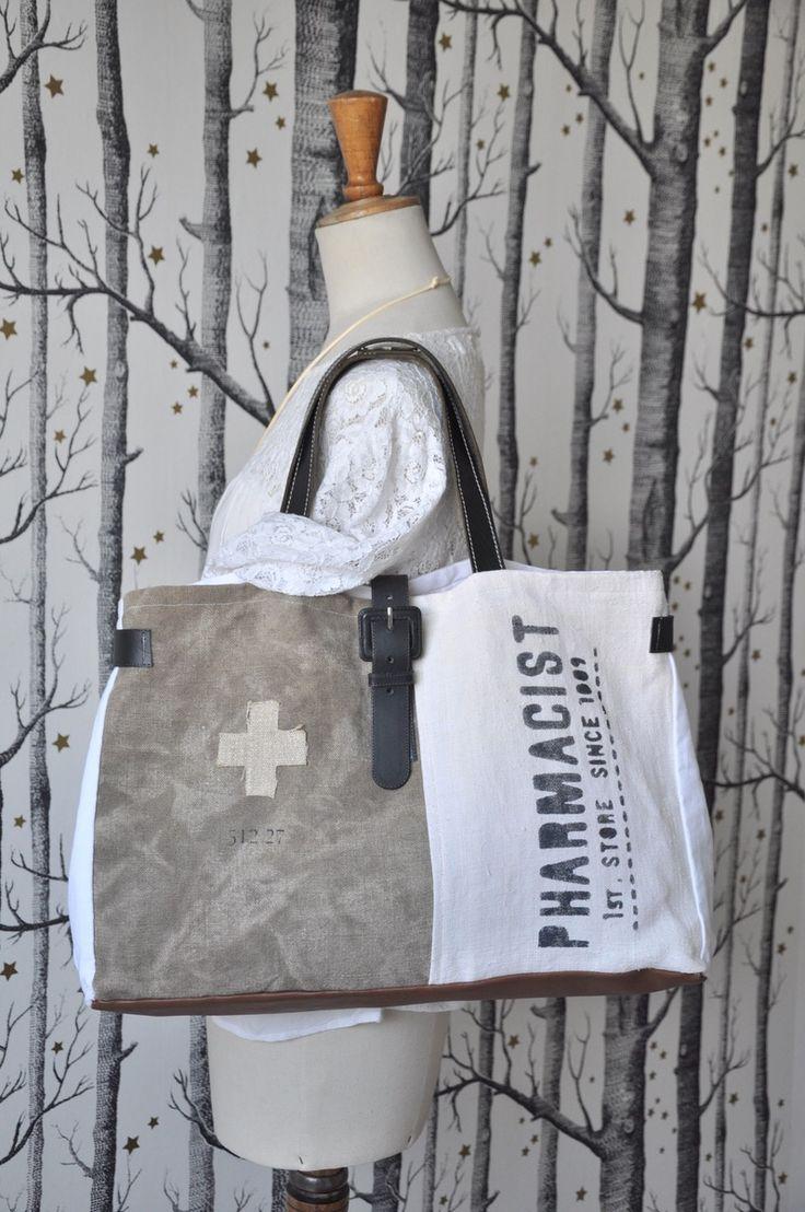 Sac cabas réalisé à partir de toile militaire et d'un ancien sac à grain écru. Une ceinture en cuir noir a été recyclée et détournée pour réali...